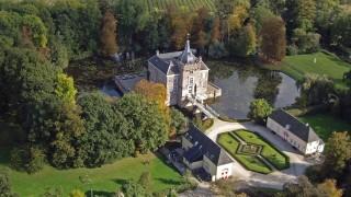 Kasteel Heukelum, vanouds genaamd Merckenburg, is gelegen even buiten het oude vestingstadje Heukelum op de grens van Gelderland en Zuid Holland. De eerste vermeldingen dateren uit de middeleeuwen. Het was de roemruchte familie van Arkel die het kasteel liet optrekken kort voor het jaar 1286. Het werd een enorm bouwwerk met torens, een binnenplaats, dubbele gracht en een voorburcht.