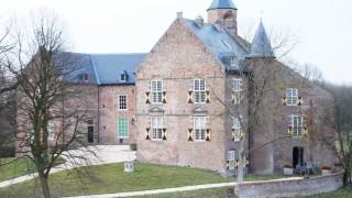 Van kasteel Waardenburg is de stichtingsdatum exact bekend. Op 2 augustus 1265 kwam er toestemming om een toren te bouwen. Daarna werd het kasteel geleidelijk uitgebreid. Het huidige kasteel is uit de 17e eeuw. In het kasteel zijn nog veel authentieke elementen te vinden. Een daarvan is de fascinerende Faustkamer. Hier zou Dokter Faust van Waardenburg zijn laatste jaren hebben doorgebracht. In de Tachtigjarige Oorlog werd het kasteel uit 1265 door de troepen van Willem van Oranje bezet en grotendeels verwoest. Vanaf 1627 is het noordelijke deel van het kasteel hersteld. Het beschadigde zuidelijke deel werd afgebroken. Het kasteel heeft hierdoor nog steeds een hoefijzervorm.