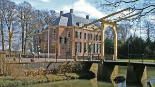 """In het dorp Neerijnen aan de noordelijke oever van de rivier de Waal staat het kasteel Neerijnen. Oorspronkelijk droeg dit kasteel de naam """"Klingelenburg"""". Vermoedelijk is omstreeks 1350 door ridder Gijsbert de Cock het eerste adellijke huis in Neerijnen gebouwd. Dit oude huis Neerijnen heeft vrijwel zeker gestaan op het verhoogde en omgrachte terrein achter Van Pallandtweg 6. Samen met het in 1265, in opdracht van Rudolph de Cock gebouwd kasteel Waardenburg vormt het één landgoed. De bewoners van kasteel Neerijnen voerde de naam De Cock van Neerijnen. Het huis Neerijnen was oorspronkelijk een """"Leen"""" van Waardenburg. Na de familie De Cock hebben vervolgens de geslachten Van Broeckhuisen, Van Arckel, Van Thiennes, Vijgh, Van Thiennes en Aylva het landgoed in bezit gehad. Door het overlijden van mr. Hans Willem baron van Aylva op 29 december 1827 kwam het landgoed door vererving in handen van mr. Frederik Willem Floris Theodorus baron van Pallandt welk geslacht het landgoed, als laatste adelijke familie, tot 1971 in bezit gehad heeft. Tijdens het beleg van kasteel Waardenburg, door Willem van Oranje, in 1574 moest de Spaansgezinde Catharina van Gelder, moeder van de prinsgezinde Karel van Arckel die voor de Spanjaarde gevlucht was, kasteel Waardenburg overgeven en verlaten. Hierna is kasteel Waardenburg geplunderd en grotendeels verwoest. De wederopbouw van het kasteel zou tot 1627 duren. Daarom bewoonde de heren van Waardenburg en Neerijnen na de verwoesting het huis in Neerijnen."""