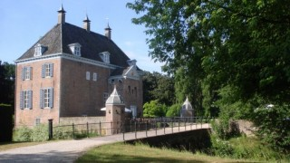 Sommige literatuur geeft als oudste vermelding 1265 toen Rudolf de Cock eigenaar van het kasteel zou zijn. De oudste schriftelijke vermelding dateert van 1403 als hertog Reinoud IV van Gelre den Huijse en gesete tot Ophemert met den Bongert in leen geeft aan ridder Sweeder van Weerdenborch. Tot 1552 waren het huis en de heerlijkheid in bezit van het geslacht De Cock van Waardenburg.  In 1552 werd het kasteel met heerlijkheid verkocht aan Frederik van Haeften die het in 1558 nalaat aan zijn vader Allard van Haeften, die het weer naliet aan zijn jongste zoon Reinier. Diens zoon Johan en kleinzoon Walraven werden heer van Ophemert.  Tot 1844 bleef Ophemert in het bezit van het geslacht (De Cocq) van Haeften. In dat jaar overleed de ongehuwde Anna Margriet barones van Haeften, vrouwe van Ophemert, Zennewijnen en Meerlo (1782-1844) die Ophemert uit erfenis van haar vader had verkregen. Zij liet het huis Ophemert na aan haar neef Barthold baron Mackay (1773-1854), die tevens haar raadsman was. De Schotse familie Mackay was verwant door het huwelijk in 1790 van Barthold de Cocq van Haeften (1755-1808) met Arnoldina Margaretha barones Mackay (1771-1849).  In 1963 kwam het landgoed door vererving aan Hugh William Mackay (1937-2013) die op 24 maart 2010 stond Mackay kasteel, koetshuis en overige opstallen met bijna 4 hectare grond in erfpacht af aan Alexander Coenraad Arthur baron van Dedem. Na zijn overlijden werd zijn zoon Aeneas Simon Mackay Lord Reay (*Londen 1965) enig erfgenaam van de Nederlandse goederen, wat impliceert dat wanneer de erfpacht van Ophemert ooit zou vervallen het eigendom aan hem vervalt.