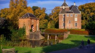 Al in 1263 komt er, bij de stadsrechtverlening van Wageningen, een zekere Otto van Soelen voor, die bij zijn overlijden een minderjarige dochter nalaat, ten behoeve van wie Arndt van Arkel in 1298 door de graafvan Gelre met het huis Soelen werd beleend. Arndt's kleinzoon, ook Arndt geheten, kwam in 1349 voor als heer van Soelen én Avezaath. Zowel in Zoelen als in Avezaath, moeten de heren een huis bezeten hebben. Tussen 1290-1296 werden deze huizen door de volgelingen van de graaf van Vlaanderen ingenomen. In 1355 werden ze vervolgens door hertog Eduard vernield. Na de wederopbouw kwam Arnold van Soelen in conflict met Eduard, hertog van Gelre, maar hij moest zich op 13 april 1362 met zijn zonen, Jan en Otto, onderwerpen aan het gezag van de hertog. Hij moest onder andere toestaan dat deze kon bepalen dat het huis Soelen op afroep afgebroken kon worden waarbij hij dan zelfs niet zou mogen beschikken over de stenen die bij de afbraak vrij zouden komen. Het is niet onmogelijk dat bij de dood van Arndt van Arkel het goed gesplitst is in Avezaath, met het gedeelte waarin de Aldenhaag was gelegen en het gedeelte waarin zich het huis Soelen bevindt. Eerstgenoemd goed was het grootste en aanzienlijkste. Walraven van Benthem kreeg op de een of andere manier het deel, waarin het huis Soelen lag, in zijn bezit. Na de familie Van Benthem kwam de familie Van Rossum in bezit van het goed. Nadat Soelen in 1506 tot heerlijkheid werd verheven, kwam het in 1569 in bezit van Heilwich van Rossum, gehuwd met Dirck Vijgh. In 1572 werd deze Dirck met de Aldenhaag beleend, zodat Soelen en Aldenhaag in één hand kwamen en dat ook bleven. Deze Dirck kwam in 1574 op een wel erg opvallende manier in het nieuws. In april 1574 waren er geruchten binnengekomen bij de Spaanse gouverneur van Tiel over een tweetal vijandelijke personen, die zich op het kasteel van Soelen zouden bevinden. Ter verificatie van dit bericht zond de gouverneur een sergeant, korporaal en 50 soldaten naar Dirck Vijgh, met h