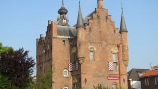 Het Maarten van Rossumhuis is een zestiende-eeuws huis in de Nederlandse stad Zaltbommel. Het monumentale pand is omstreeks 1535 gebouwd in opdracht van de bekende Gelderse militair Maarten van Rossum. Het gebouw is uitbundig versierd met voor Nederland bijzonder renaissance-beeldhouwwerk. Door het uiterlijk met torentjes en kantelen wordt het ook wel een stadskasteel genoemd, wat terugkomt in Stadskasteel Zaltbommel, de naam die in 2008 gegeven werd aan het in het gebouw gevestigde museum (voorheen het Maarten van Rossummuseum).  In 1881 is het pand op initiatief van Victor de Stuers en de bekende architect Pierre Cuypers gered van sloop. Het Rijk kocht het bouwwerk aan en vestigde er het kantongerecht in. Na de aankoop volgde restauratie onder leiding van Cuypers. In 1908 werden opnieuw werkzaamheden uitgevoerd en sinds die tijd staat het huis geheel vrij, met aan de achterzijde een tuin.  Toen in de jaren dertig van de vorige eeuw de indeling in kantongerechten veranderde, kwam het huis vrij en toonde de Oudheidkamer voor Zaltbommel, Bommelerwaard en Heerewaarden belangstelling. Met steun van de familie Philips kon het Maarten van Rossumhuis ingericht worden als museum.
