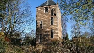 Het Kasteel IJsselstein ligt in het centrum van de gelijknamige plaats IJsselstein in de provincie Utrecht. Het kasteel werd reeds in 1144 genoemd. Het kasteel werd, met goedkeuring van Jacoba van Beieren, in 1418 gesloopt om in 1427 opnieuw te worden opgebouwd.  De bekendste bewoners van het kasteel stamden uit het geslacht Van Amstel. Zij stichtten vanuit het kasteel omstreeks 1300 de plaats IJsselstein en noemden zich sindsdien Van IJsselstein. Gijsbrecht van IJsselstein kreeg toestemming van de bisschop van Utrecht om in IJsselstein een parochiekerk te bouwen. Deze Sint-Nicolaaskerk werd in 1310 ingewijd. Onder Gijsbrecht groeide IJsselstein uit van een kasteel met wat boerderijen tot een stad.  In 1297 is het kasteel een jaar lang belegerd geweest en verdedigd door Bertha van Heukelom, de vrouw van Gijsbert van IJsselstein.  Na 1511 verloor het kasteel zijn functie en werd het na gestaag verval vanaf 1700 in 1887 gesloopt. De hoofdtoren (de Looierstoren) is bewaard gebleven. Deze is eigendom van de Staat (Rijksgebouwendienst).
