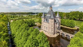 Het huis werd in 1645 gebouwd in Hollands-classicistische stijl, als opvolger van de ridderhofstad Heemstede dat 500 meter westelijker lag. Opdrachtgever was Hendrick de Pieck van Wolfsweerd. Het huis wordt gekenmerkt door een symmetrische stijl. Op alle vier de hoeken staan half in het gebouw opgenomen hoekige torens. Er is een brede slotgracht om het huis. Doordat in de 17e eeuw de kastelen niet meer dienden als verdedigbare vesting, werd er bij de bouw van het nieuwe huis Heemstede gelet op luxe en prettig wonen. Tussen 1716 en 1723 wisselde Heemstede een paar keer van eigenaar en werden de tuinen geruimd. Een nieuwe eigenaar herstelde in 1723 de tuinen. Rond 1800 raakten de tuinen opnieuw in verval. De meeste bomen werden omgehakt. De beelden en het lood van de fonteinen werden verkocht. In 1781 werd het kasteel gekocht door een lid van de familie Van Utenhove; diens zoon Jacob Maurits Carel van Utenhove van Heemstede (1773-1836) werd in 1785 eigenaar van Heemstede en na zijn overlijden ging het over naar zijn weduwe, jkvr. Justine Jeannette Gertrude Rutgers van Rozenburg, vrouwe van Heemstede 1836- (1798-1880). In 1919 werd het huis gekocht door L.J. Heijmeijer (1861-1932), lid van de familie Heijmeijer, en gerestaureerd.