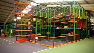 Welkom bij het leukste en spannendste Indoorspeelparadijs van Nederland voor kinderen van 1 tot 12 jaar. Er zijn gigantische klim en klautertoestellen, vol uitdagende tunnels en geheime gangetjes en natuurlijk de bekende ballenbakken, superlego, trampolines en luchtkussens.