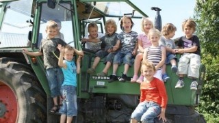 In 'Het groene hart van Nederland', de Vijfheerenlanden, voeren wij op onze boerderij 'Het Achterhuis' een melkveehouderijbedrijf. Naast koeien houden we diverse andere dieren zoals een pony, schapen, geiten, hangbuikzwijnen, konijnen, pauwen, kortom te veel om op te noemen