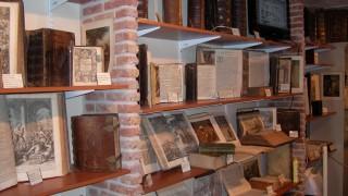 Onze werkelijk unieke collectie bevat een belangrijk deel van Nederlands cultureel-religieus historisch erfgoed aan (zeer) oude Bijbels. Het museum geeft een beeld van 450 jaar Bijbels (1500-1950). Een aantal is versierd met soms kleurrijke illustraties, minuscule details en flonkerend bladgoud.  Onder de verschillende soorten Bijbels was vooral de Statenvertaling van grote invloed op het Nederlandse volksleven. Na 1950 verloor deze aan invloed. Tijdens uw bezoek kunt u o.a. kennismaken met:      Bijbeldruk methodes en Bijbeldrukkers     Statenbijbels     Lutherse, Doopsgezinde, (oud)Katholieke en vrijzinnige Bijbels     Prent Bijbels met houtsnedes, staal/kopergravures, etsen, steendrukken en kleurlitho's     Bijbels met historische landkaarten van beroemde kaartenmakers     Bijbels met sloten van messing, koper, zilver en goud beslag     Kinderbijbels